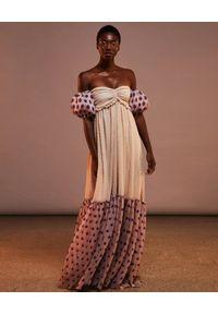 CHIO - Sukienka maxi z bufiastymi rękawami. Kolor: beżowy. Wzór: grochy. Długość: maxi