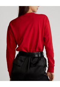 Ralph Lauren - RALPH LAUREN - Czerwona bluza z herbem. Typ kołnierza: polo, bez kaptura. Kolor: czerwony. Materiał: jeans, bawełna. Wzór: haft, aplikacja