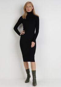 Born2be - Czarna Sukienka Dzianinowa Florylia. Typ kołnierza: golf. Kolor: czarny. Materiał: dzianina. Długość rękawa: długi rękaw. Wzór: prążki. Długość: midi