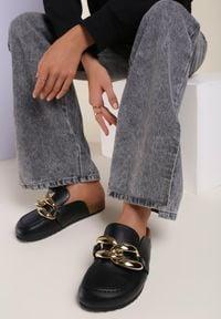 Renee - Czarne Klapki Arrieda. Nosek buta: okrągły. Kolor: czarny. Wzór: gładki, aplikacja. Sezon: lato, wiosna