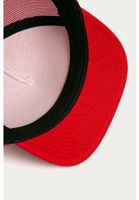 Czerwona czapka z daszkiem Vans z nadrukiem