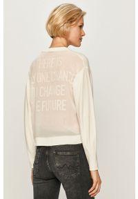 Biały sweter Guess Jeans z długim rękawem, długi, z okrągłym kołnierzem