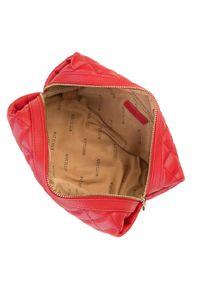 Wittchen - Damska kosmetyczka pikowana. Kolor: czerwony. Materiał: skóra ekologiczna. Wzór: aplikacja