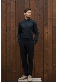 VEVA - Męska Koszula ze Stójką Czerń. Okazja: na spotkanie biznesowe. Typ kołnierza: kołnierzyk stójkowy. Kolor: czarny. Materiał: bawełna. Długość rękawa: długi rękaw. Długość: długie. Styl: biznesowy, klasyczny