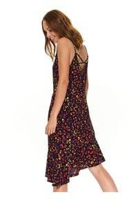 TOP SECRET - Printowana sukienka z falbaną. Kolor: czarny. Materiał: tkanina. Długość rękawa: na ramiączkach. Wzór: motyw zwierzęcy, kolorowy. Sezon: jesień, zima, lato. Typ sukienki: asymetryczne. Styl: elegancki