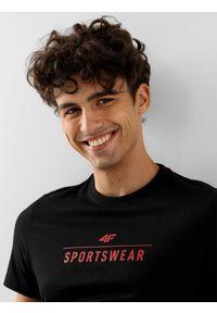 4f - T-shirt basic regular z nadrukiem męski. Kolor: czarny. Materiał: dzianina, bawełna. Wzór: nadruk