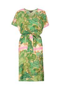 TOP SECRET - Luźna sukienka w egzotyczny nadruk. Typ kołnierza: dekolt w serek. Kolor: beżowy. Materiał: dzianina. Długość rękawa: krótki rękaw. Wzór: nadruk