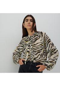 Reserved - Bluzka ze zwierzęcym printem - Kremowy. Kolor: kremowy. Wzór: motyw zwierzęcy, nadruk