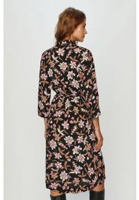 Różowa sukienka Vero Moda w kwiaty, rozkloszowana, casualowa