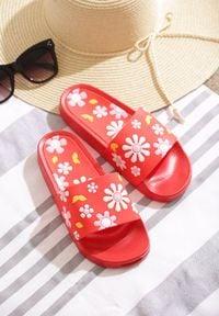 Born2be - Czerwone Klapki Flowered Garden. Nosek buta: otwarty. Kolor: czerwony. Materiał: guma. Wzór: kwiaty, aplikacja