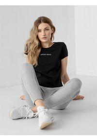4f - T-shirt regular z nadrukiem damski. Kolor: czarny. Materiał: bawełna, dzianina. Wzór: nadruk