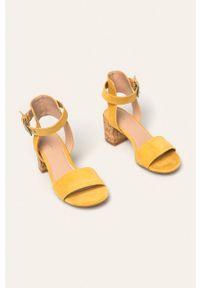 Żółte sandały medicine na klamry