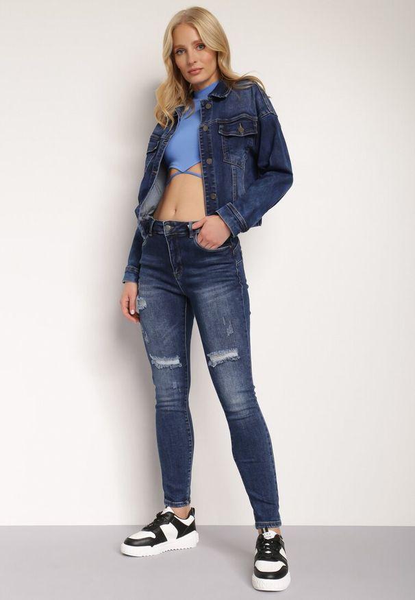 Renee - Granatowe Jeansy Push-Up Hekonia. Kolor: niebieski. Długość: długie. Wzór: aplikacja