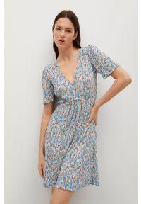 mango - Mango - Sukienka Pitita. Okazja: na co dzień. Kolor: niebieski. Materiał: włókno, tkanina, materiał. Długość rękawa: krótki rękaw. Typ sukienki: proste, plisowane. Styl: casual