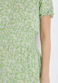 Born2be - Jasnozielona Sukienka Daphlise. Typ kołnierza: dekolt gorset. Kolor: zielony. Długość rękawa: krótki rękaw. Wzór: kwiaty. Typ sukienki: gorsetowe, rozkloszowane. Długość: maxi