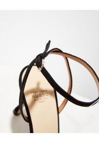 FRANCESCO RUSSO - Czarne szpilki z zamszu. Kolor: czarny. Materiał: zamsz. Obcas: na szpilce