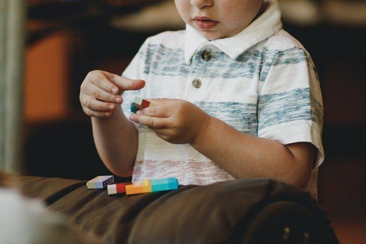 chłopiec w koszulce polo
