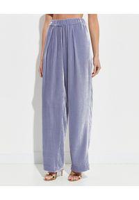 ICON - Szerokie spodnie z jedwabnego weluru. Stan: podwyższony. Kolor: różowy, fioletowy, wielokolorowy. Materiał: welur, jedwab