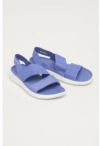 Niebieskie sandały Crocs na niskim obcasie