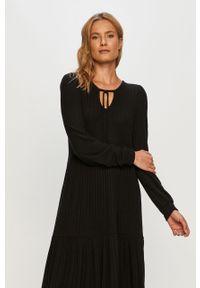 Czarna sukienka Noisy may na co dzień, z długim rękawem, rozkloszowana, casualowa