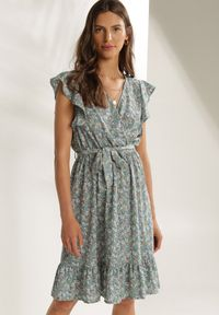 Renee - Jasnoniebieska Sukienka Oceava. Typ kołnierza: dekolt w serek. Kolor: niebieski. Długość rękawa: krótki rękaw. Typ sukienki: kopertowe. Długość: mini
