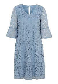 Cellbes Błękitna sukienka koronkowa zamglony niebieski female niebieski 38/40. Typ kołnierza: dekolt w serek. Kolor: niebieski. Materiał: koronka. Sezon: lato. Styl: elegancki