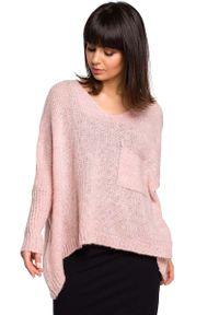 Różowy sweter oversize MOE z asymetrycznym kołnierzem