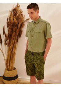 TOP SECRET - Koszula z lnem taliowana. Okazja: na co dzień. Kolor: zielony. Materiał: len. Długość rękawa: krótki rękaw. Długość: krótkie. Sezon: lato, wiosna. Styl: casual