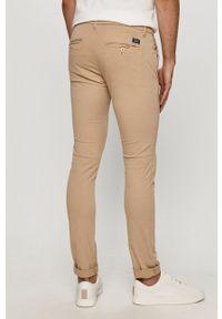 Guess - Spodnie. Kolor: beżowy. Materiał: tkanina. Wzór: gładki