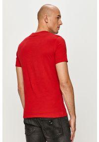 Guess - T-shirt. Okazja: na co dzień. Kolor: czerwony. Materiał: dzianina. Wzór: nadruk. Styl: casual