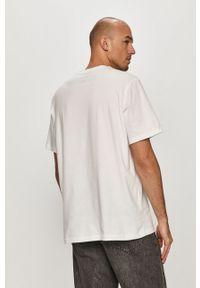 Biały t-shirt Levi's® biznesowy, na spotkanie biznesowe