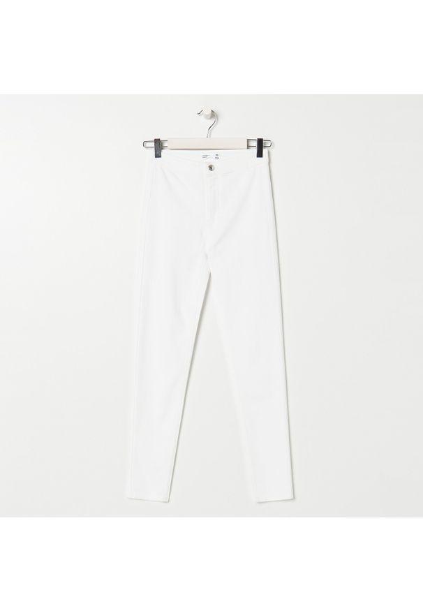 Sinsay - Jeansy high waist skinny ECO AWARE - Biały. Stan: podwyższony. Kolor: biały