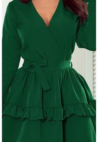 Numoco - Rozkloszowana sukienka z falbanami kopertowy dekolt. Okazja: na ślub cywilny, na wesele, na imprezę. Typ kołnierza: dekolt kopertowy. Materiał: elastan. Typ sukienki: kopertowe