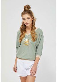 MOODO - Oliwkowa bluza z nadrukiem na ściągaczu. Kolor: oliwkowy. Materiał: bawełna, poliester, elastan. Wzór: nadruk