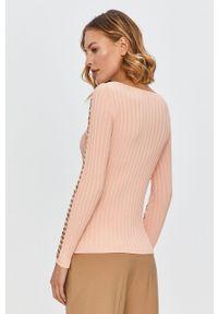 Różowy sweter Marciano Guess z okrągłym kołnierzem, długi, z aplikacjami, z długim rękawem