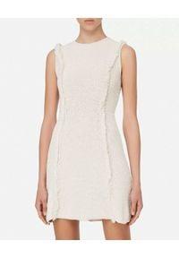Elisabetta Franchi - ELISABETTA FRANCHI - Dzianinowa sukienka mini. Okazja: do pracy. Kolor: biały. Materiał: dzianina. Typ sukienki: rozkloszowane. Długość: mini