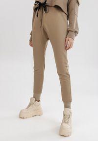 Beżowe spodnie dresowe Born2be