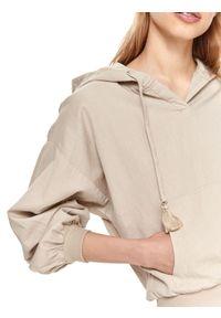 TOP SECRET - Krótka bluza damska z kapturem. Typ kołnierza: kaptur. Kolor: beżowy. Długość: krótkie. Sezon: lato. Styl: wakacyjny