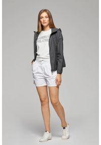 T-shirt z krótkim rękawem oraz opalizującym logo Aeronautica Militare. Kolor: biały, niebieski. Materiał: jersey, dzianina, elastan, bawełna. Długość rękawa: krótki rękaw. Długość: krótkie. Wzór: nadruk