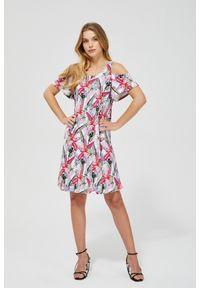 MOODO - Sukienka cold arms z nadrukiem. Okazja: na co dzień, na plażę. Materiał: poliester, dzianina, elastan. Wzór: nadruk. Typ sukienki: proste, trapezowe. Styl: casual