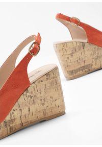 Pomarańczowe sandały bonprix na średnim obcasie, na koturnie, z paskami