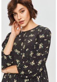 Czarna sukienka Answear Lab mini, na co dzień, w kwiaty, rozkloszowana