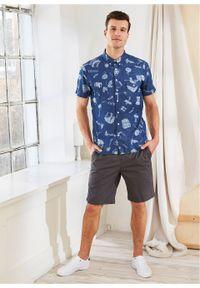 """Koszula dżinsowa z krótkim rękawem, Slim Fit bonprix niebieski """"stone"""" z nadrukiem. Kolor: niebieski. Długość rękawa: krótki rękaw. Długość: krótkie. Wzór: nadruk"""