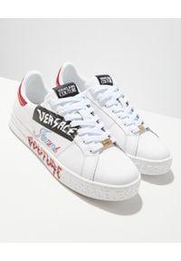 Versace Jeans Couture - VERSACE JEANS COUTURE - Skórzane sneakersy z kolorowymi elementami. Nosek buta: okrągły. Kolor: biały. Materiał: skóra. Wzór: kolorowy. Sezon: lato