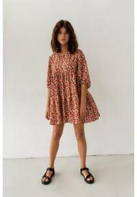 Marsala - Sukienka oversize z przeszyciami z printem w odcieniu czerwono-pomarańczowym - BLUSH BY MARSALA. Kolekcja: moda ciążowa. Kolor: czerwony, wielokolorowy, pomarańczowy. Materiał: materiał, wiskoza. Długość rękawa: krótki rękaw. Wzór: nadruk. Typ sukienki: oversize