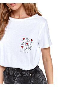 TOP SECRET - T-shirt z nadrukiem. Okazja: na co dzień, do pracy. Kolor: biały. Materiał: tkanina, bawełna. Długość rękawa: krótki rękaw. Długość: krótkie. Wzór: nadruk. Sezon: wiosna. Styl: casual