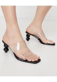 CULT GAIA - Czarne sandały Suri. Zapięcie: pasek. Kolor: czarny. Materiał: materiał. Wzór: paski. Obcas: na obcasie. Wysokość obcasa: średni