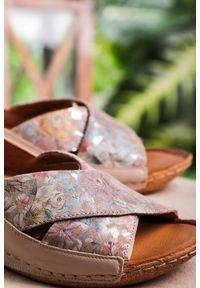 Maciejka - Beżowe sandały maciejka skórzane z paskami na krzyż w kwiatki 00994-43/00-5. Zapięcie: pasek. Kolor: beżowy. Materiał: skóra. Wzór: kwiaty
