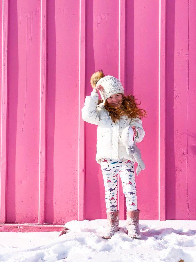 dziewczynka w śniegowcach
