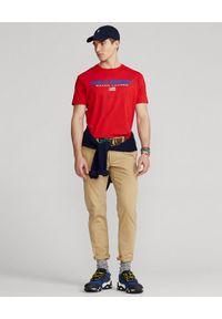 Ralph Lauren - RALPH LAUREN - Czerwona koszulka Polo Sport Classic Fit. Typ kołnierza: polo. Kolor: czerwony. Materiał: bawełna. Wzór: nadruk. Styl: sportowy